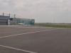 Pohled na hangáry (ocasy větších letadel koukají normálně)