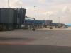 Průjezd kolem terminálu 2, nástupní rampy